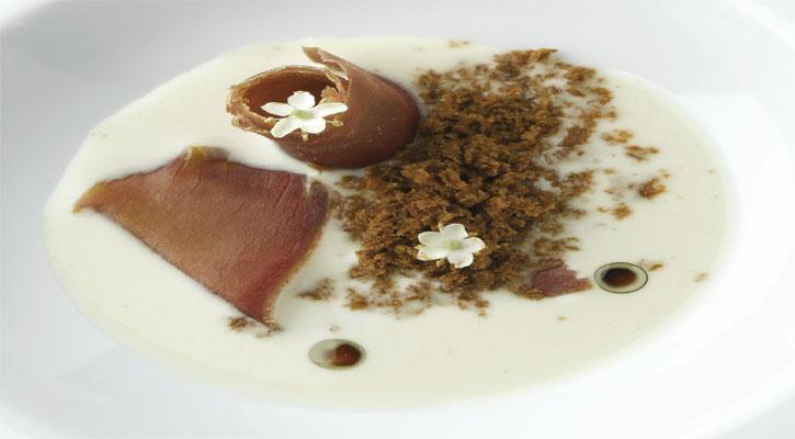 Ajo blanco malagueño de coco con mojama y huevas de atún
