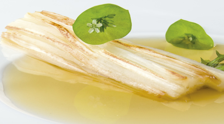 Foto: Espárragos blancos dorados en un jugo de ibéricos