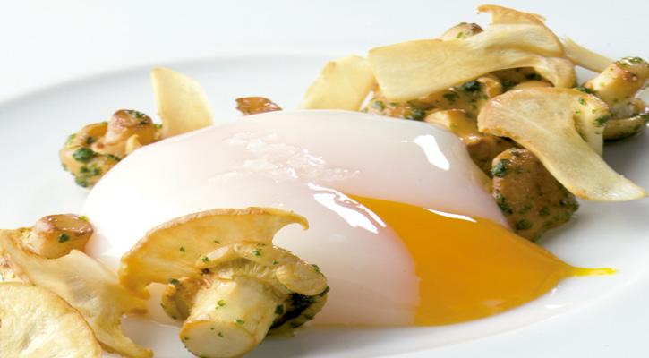 Foto: Huevo de caserío escalfado con setas de primavera salteadas