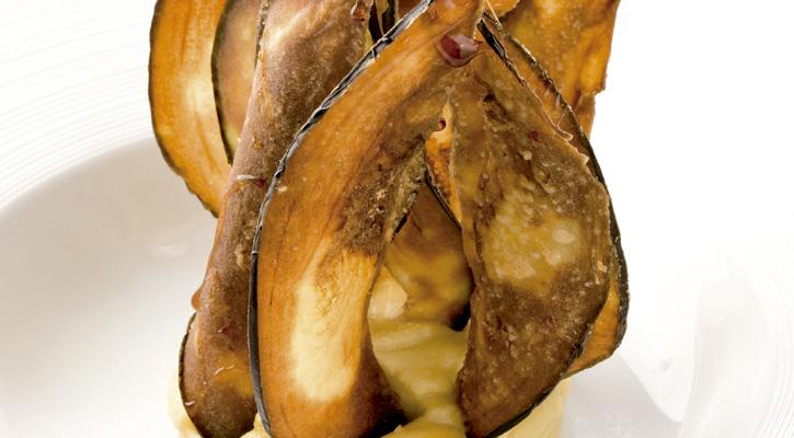 Berenjenas fritas con humus y miel de caña