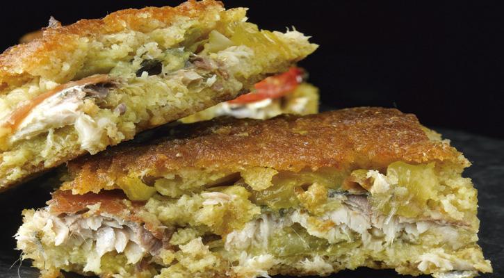 Foto: Empanada de maíz con bacalao y pasas