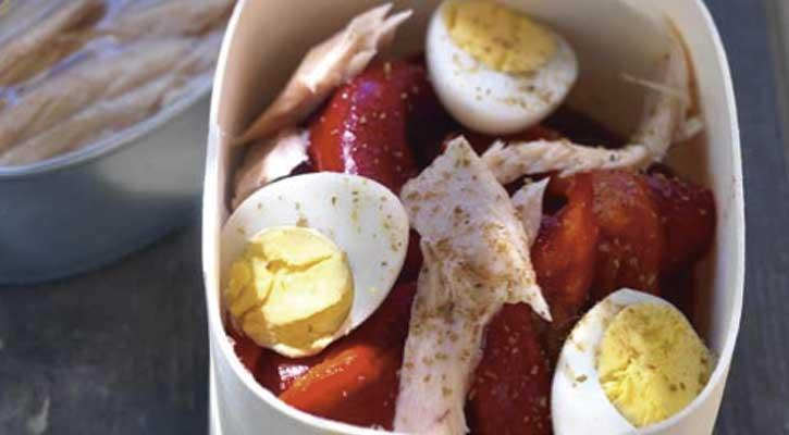 Ensalada de pimientos rojos, atún y huevo duro