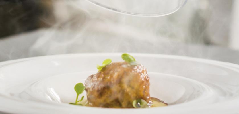 Foto: Albóndigas guisadas de rabo de toro con puré especiado de patata