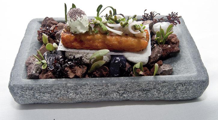 Foto: Torrija y cebiche de gamba roja, helado de mostaza verde, algas y halófilas