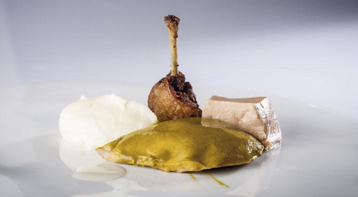 Codorniz, foie, puré de patata, almendra y jugo de trigo
