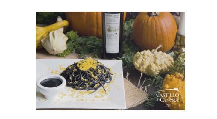 Foto: Espaguetis negros con queso naranja, contraste de colores