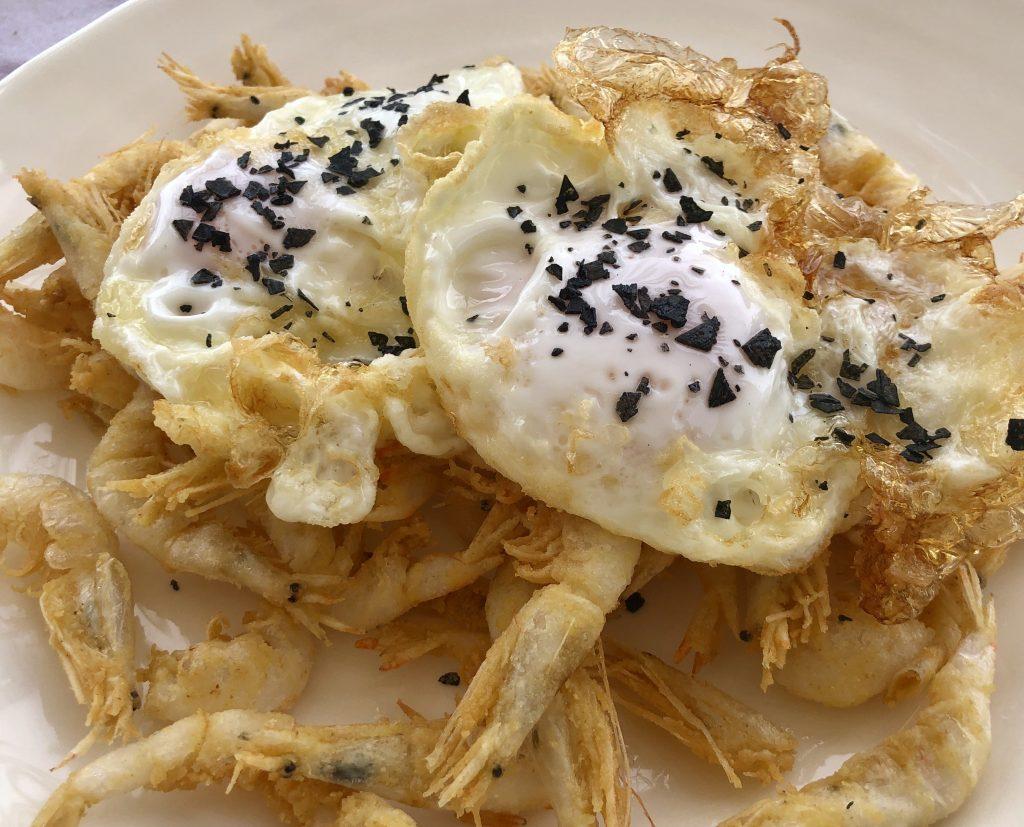 Gambas cristal con huevos fritos Chinchín Puerto (GastroActitud)