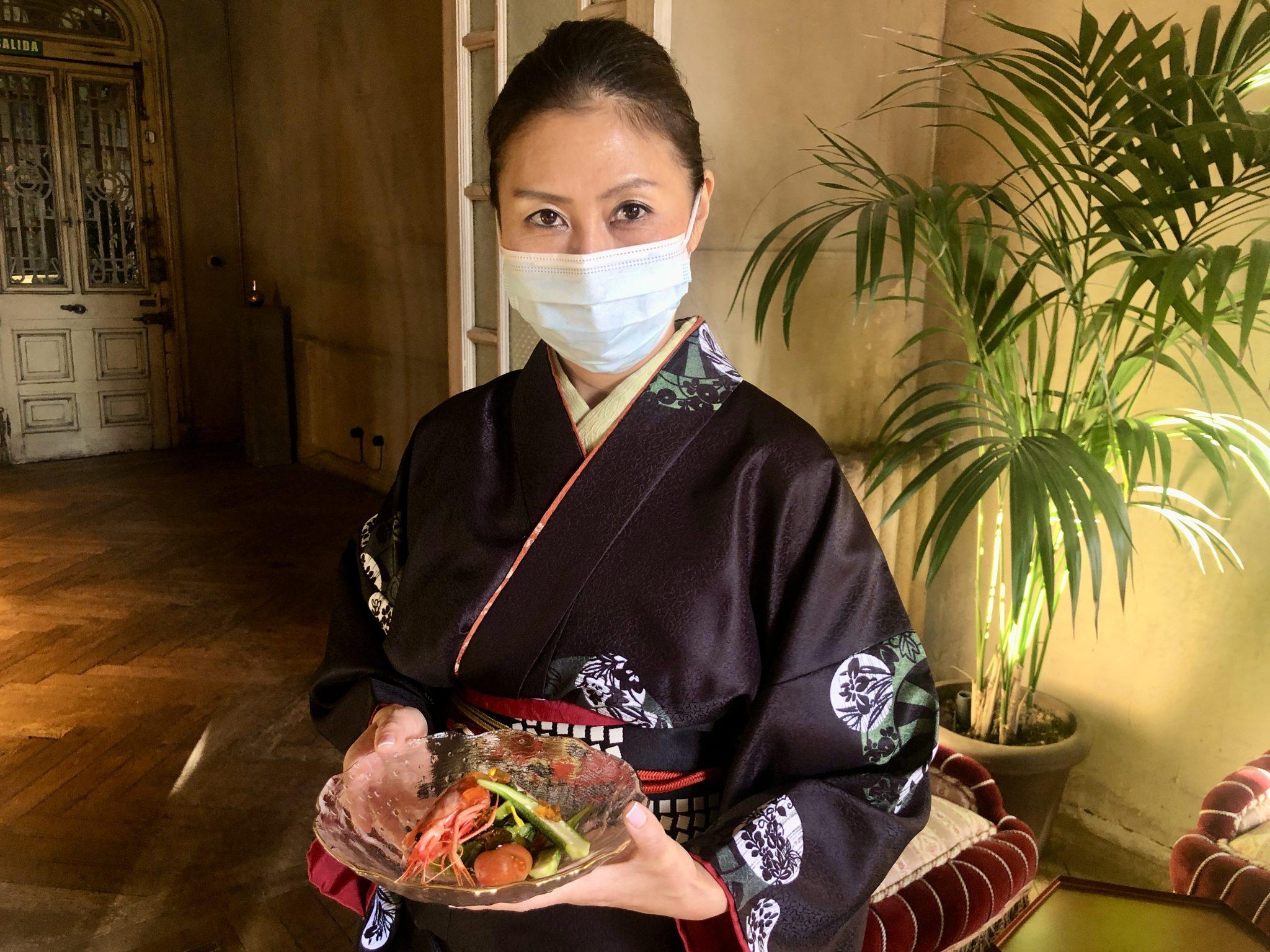 Yoko Hasei con kimono antes de vestirse de blanco para el servicio