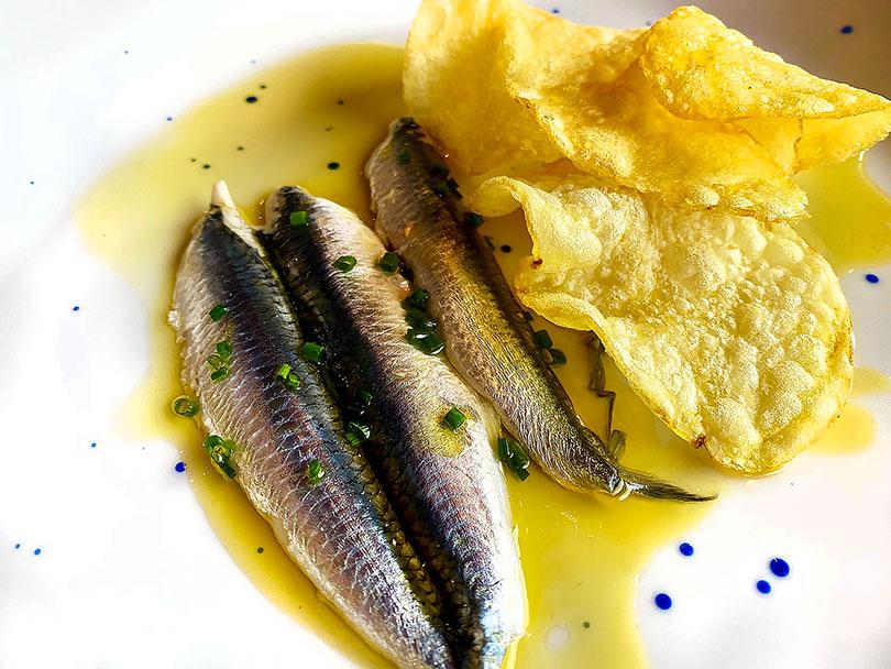 Restaurante Essentia (Tarancón) - Boquerones en vinagre con patatas chips, un clásico del aperitivo