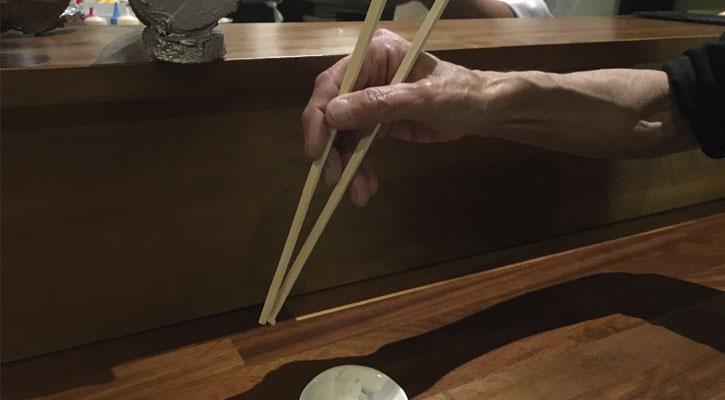 Comer japonés con palillos