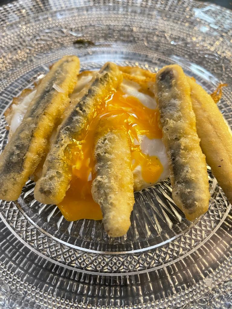 Huevos fritos con boquerones